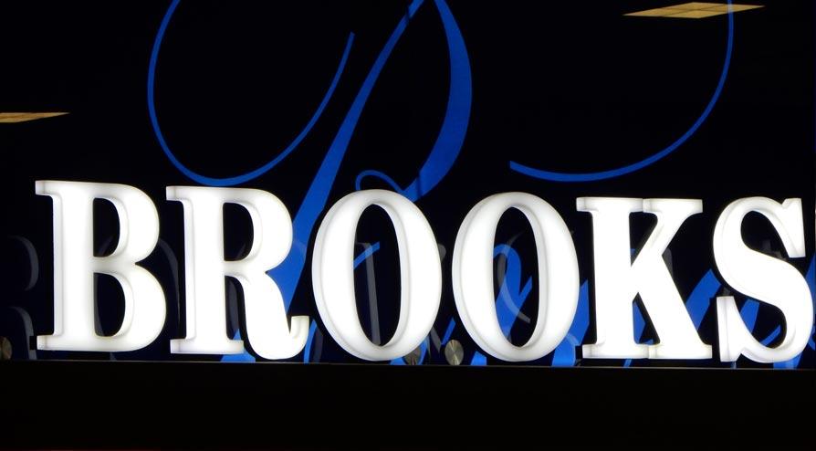 Letras em acrílico, da rede Brooks Brothers