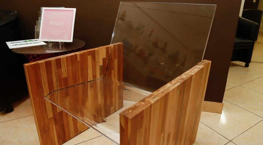 Cadeira de acrílico; projeto de Ewlyn Motta, executado pela empresa. (Foto: Lenara Petenuzzo/especial)