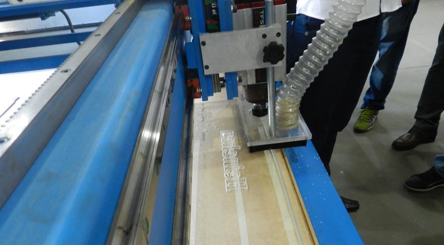CNC Router Engraver cortando chapa acrílica
