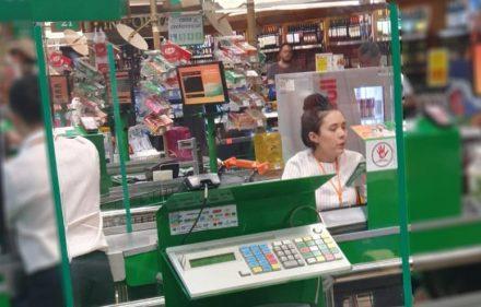 Barreiras de proteção de acrílico nos caixas do Supermercado Sondas