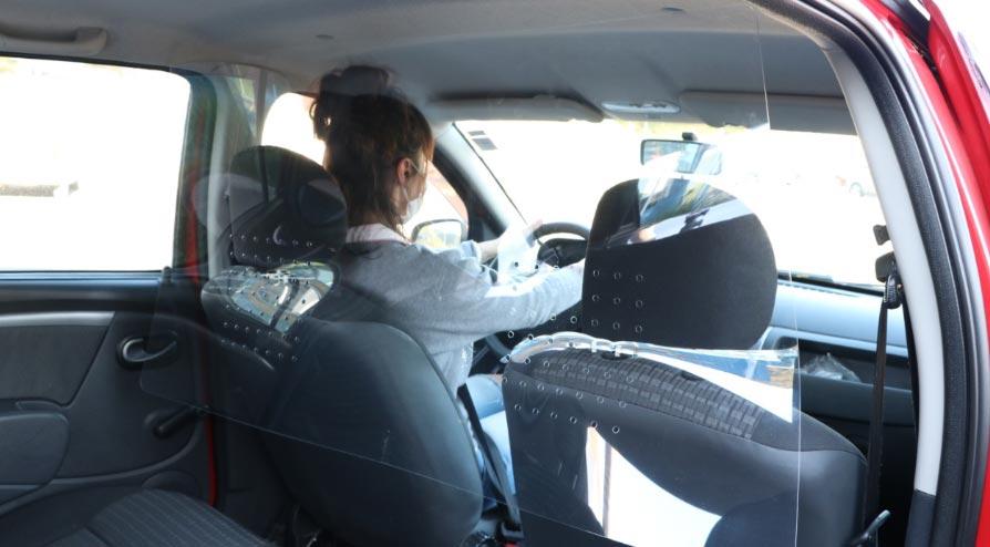 Proteções em acrílico para carros que prestam serviços de transporte, da Bold.
